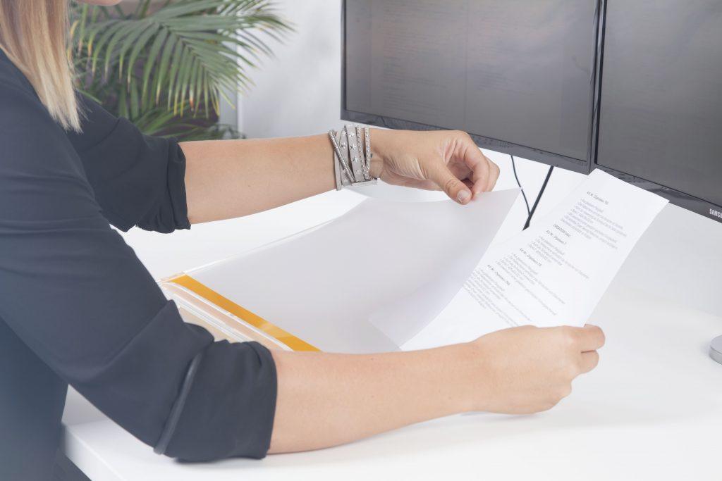 Das Antireflex Cover beseitigt Reflexionen, ermöglicht das Einlegen von Dokumenten und schützt vor Kratzern.