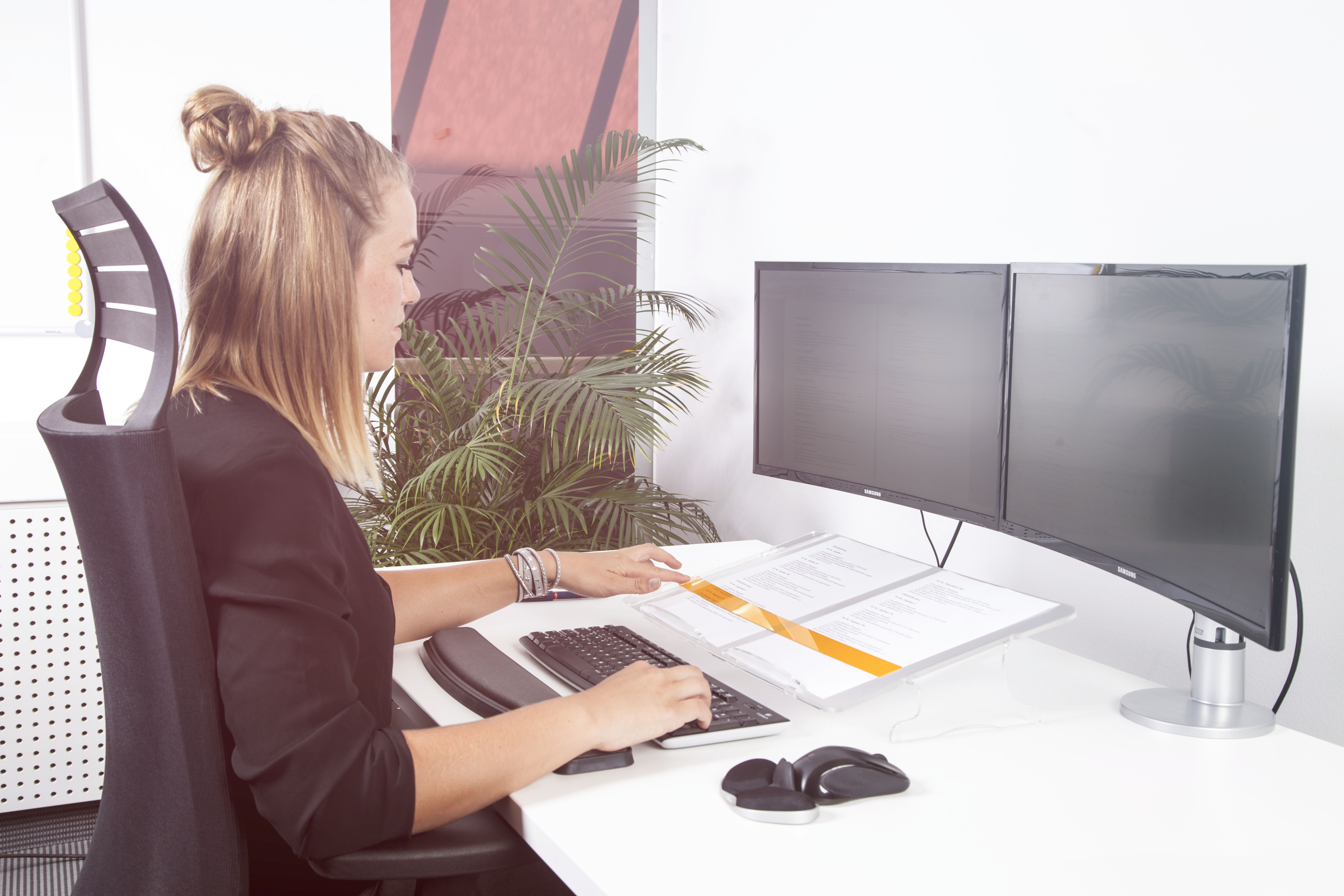 Das Leselineal, im kontrastreichen orange, erleichtert das Lesen und markieren von Dokumenten.