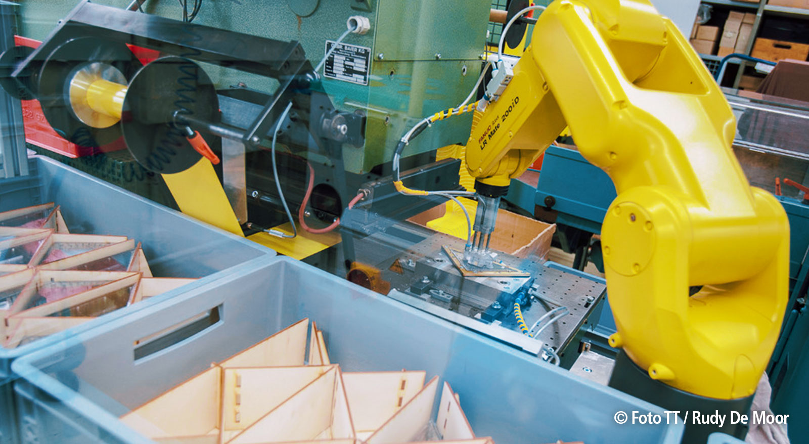 Ein Roboterarm prägt die Aufschrift in das Geodreieck.